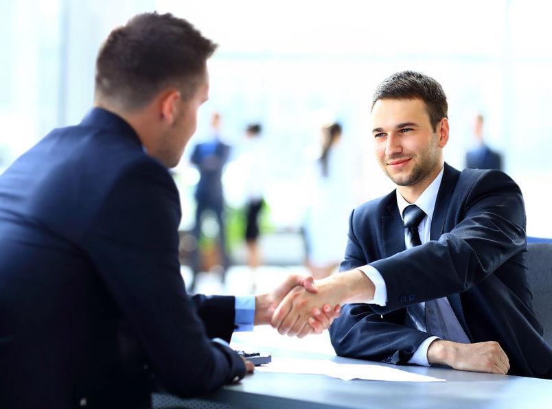 AfG Akademie für Geschäftserfolg, zwei Geschäftsmänner schütteln sich die Hand