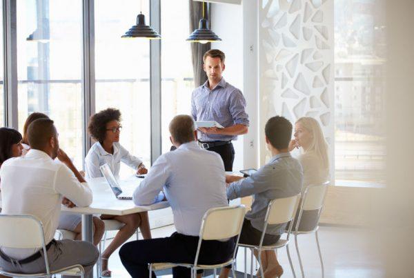 AfG Akademie für Geschäftserfolg GmbH, Mann steht vor Gruppe